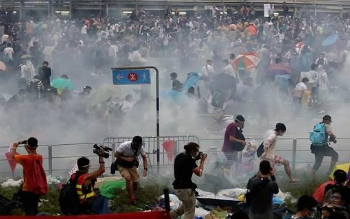 هزاران تن از شهروندان هنگ کنگ در ادامه اعتراض به سیاست های دولت چین، دوشنبه را در تظاهرات سپری کردند.پلیس تلاش کرد تا با تظاهرکنندگانی که در بزرگراه مجاوز مقر دولت تحصن کرده اند مذاکره کند. در پی مقاومت معترضان و شلیک گاز اشک آور از سوی نیروهای امنیتی، این تظاهرات به خشونت گرایید.در همین حال لیونگ چان یینگ، رئیس دولت منطقه ای هنگ کنگ اعلام کرد: «من از کسانی که خیابان ها را مسدود کرده اند می خواهم که هر چه زودتر و به صورت مسالمت آمیز دست از این کار بکشند تا بر آمد و شد و زندگی روزمزه جامعه تاثیر نگذارد. همچنین من از سازماندهندگان اشغال مرکز شهر می خواهم تا به نفع جامعه، این اقدام را متوقف کنند.»./getty images