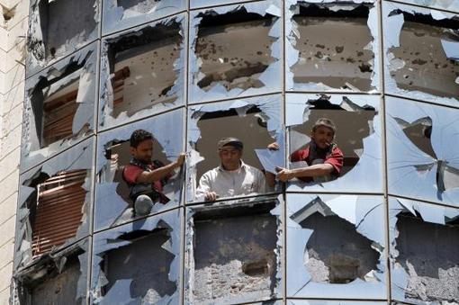 نا آرامی ها در یمن ادامه دارد. به محض اینکه شیعههای حوثی کنترل صنعا پایتخت را به دست گرفتند، صدها یمنی که طبیعتا میشود حدس زد که از اکثریت سنی بودند برای اعتراض به خیابان ریختند،. انفجار یک خودروی بمب گذاری شده در یکی از محلههای شیعه نشین، زنگ خطر جدی را به صدا در آورد: موضوعی که احتمال بالا گرفتن جنگ داخلی در یمن را بیشتر کرده./bbc- reuters