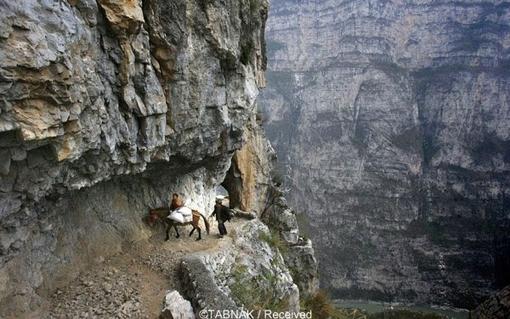 ۵ ساعت سفر در کوهها برای رسیدن به مدرسه. احتمالا این مدرسه دورترین و صعبالعبورترین مدرسه دنیاست که در منطقه «گولو» چین قرار دارد.