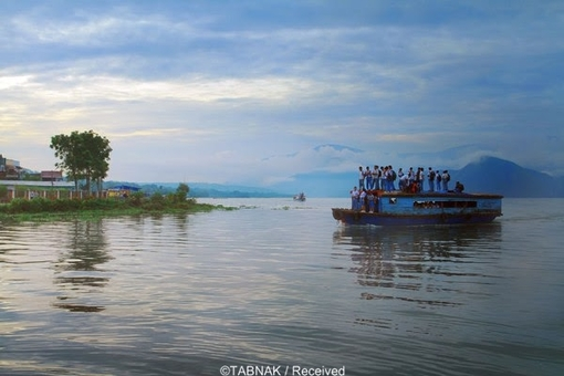 دانش آموزان شهر «پانگوراگان» اندونزی برای مدرسه رفتن هر روز سوار این قایق چوبی می شوند تا از دریاچه عبور کنند.
