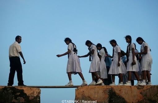 دختران شهر «گاله فورت» در سریلانکا نیز باید از چنین مسیرخطرناکی رد شوند تا به مدرسه برسند.