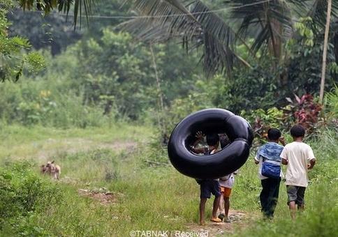 دانش آموزان یک مدرسه ابتدایی در استان «ریزال» فیلیپین هم با سوار شدن برروی یک تایر خودشان را به مدرسه می رسانند.