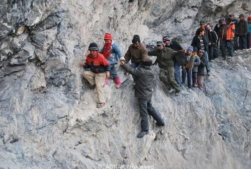 این دانش آموزان در شهر «پیلی» چین باید ۱۲۵ مایل در کوهها سفر کنند تا به مدرسه برسند. مسیر هم گاهی همینقدر نفسگیر و سخت میشود.
