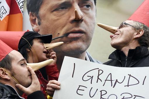 مخالفین سیاستهای دولت و پوسترماتئو رنزی به شکل پینوکیو./AFP