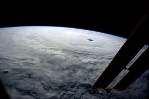 تصویر هوایی فوق العاده از طوفان سهمگین «فانافون» یکشنبه گذشته در بندر اوکیناوا در جنوب ژاپن که یک سرباز نیروی هوای آمریکا را کشت روز پنجنشبه منتشر شد و نشان می دهد به سرعت در حال پیشروی به سمت «توکیو» پایتخت این کشور است. /REID WISEMAN / NASA