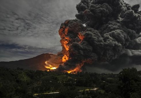کوه آتشفشانی سینابونگ در سوماترا واقع در شمال اندونزی شروع به فعالیتش کماکان ادامه می دهد./Euronews