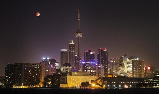 ماه در تورنتو کاناداخون شد.در این پدیده کیهانی، ماه به آرامی از میان سایه زمین حرکت خواهد کرد و خورشید، زمین و این قمر در یک امتداد قرار خواهند گرفت. در طول ماهگرفتگی کلی، زمین مستقیما بین خورشید و ماه قرار میگیرد و ماه چهرهای قرمز و نارنجی به خود میگیرد، چون نور خورشید باز هم به ماه میرسد اما باید برای رسیدن به آن باید از میان جو زمین عبور کند./REUTERS