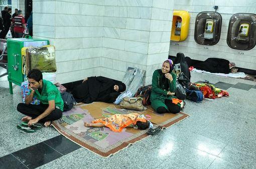 سرگردانی مسافران قطار تهران - اهواز-به علت خروج تعدادی واگن باری در خط ریلی خوزستان ، این مسیر از چهارشنبه شب بسته شده است. عدم رسیدگی مناسب به این موضوع در چهارشنبه،باعث سرگردانی مسافران در ایستگاه اراک شده است./isna