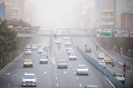 آسمان تهران در شرایطی که هواشناسی احتمال بارش باران را پیش بینی می کرد، عصر جمعه مملو از ذرات غبار شد.هواشناسی پیش از این وزش شدید باد، گرد و غبار همراه با رگبار، رعد و برق و بارش شدید باران را پیش بینی کرده بود.نیروهای امدادی هلال احمر در استان های قزوین، البرز و تهران برای مقابله با توفان و گرد و غبار شدید به حالت آماده باش عملیاتی درآمدند.شدت گرد و غبار در تهران عصر جمعه به حدی بود که فاصله دید تا حد زیادی کاهش یافت./irna-isna