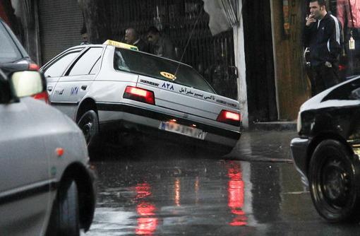 عکس مربوط به بارندگی در آمل-امدادرسانی به ۲۷۰ نفر در استانهای بارانی کشور / رهاسازی ۵۰ خودرو گرفتار شده در سیل .سخنگوی سازمان امداد و نجات با اشاره به وقوع بارش باران در استانهای مازندران و آذربایجان غربی از امدادرسانی به ۲۷۰ نفر در این دو استان خبر داد./isna