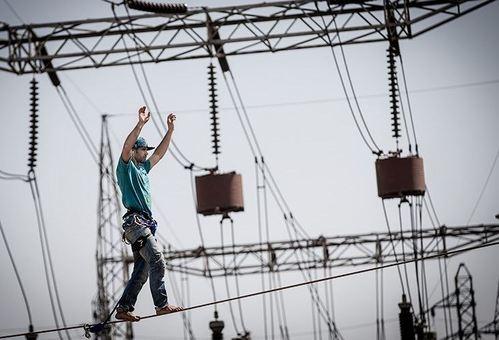 ورزشکاران رسمی رشته اسلک لاین در تهران، تمرین متفاوتی را در دستور کار خود قرار داده و تصمیم گرفتند که تسمه خودشان را بین دو دکل برق فشار قوی به طول ۳۰ متر و در ارتفاع ۶ متری از سطح زمین نصب و زیرکابلهای برق فشار قوی با ولتاژ ۲۳۰۰۰۰ ولت راه بروند. /tasnim