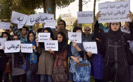 جمعی از مردم کرمانشاه روز پنجشنبه در اعتراض به محاصره شهر کوبانی و احتمال فاجعه انسانی به وسیله گروه تروریستی داعش علیه زنان و کودکان این شهر مقابل استانداری تجمع کردند./irna