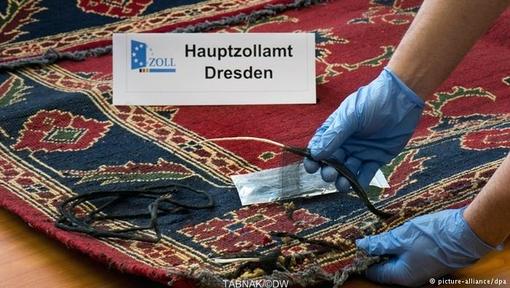 ۹ قالیچه ایرانی در قسمت بار فرودگاه لایپزیگ-هاله کشف شدند که ۴۵ کیلوگرم هروئین به طرزی ماهرانه در آنها جاسازی شده بودند.