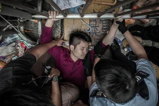 درگیریهای خشونت باری روز جمعه در یکی از مناطق تجاری معروف هنگ کنگ، صدها تن از حامیان دولت چین را در مقابل دانشجویان معترض قرار داد.دانشجویان حامی دموکراسی که رهبری اعتراضات را به عهده دارند اعلام کردند در مذاکرات با دولت در مورد طرح اصلاح قانون انتخابات شرکت نخواهند کرد، به این دلیل که به گفته آنها پلیس از حمله گروههای «مافیایی» به دانشجویان جلوگیری نمی کند.یکی از دانشجویان می گوید: «ظاهرا جریان این است که به افرادی پول داده شده، یعنی طرفداران پکن به برخی پول دادند تا در این محل مشکل ایجاد کنند. آنها سعی کردند سنگرهای ما را برچینند. گروهی از مردم هم به سوی آنها رفتند تا جلوی آنها و این دردسرها را بگیرند، چون این مشکلات به پلیس بهانه مداخله می دهد.»./afp - getty images-euronews