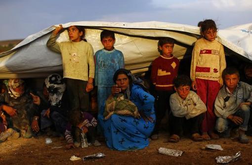 جنوب شرقی ترکیه و پناه گرفتن کردهای سوری اهل کوبانی در زیر چادر برای در امان ماندن از باران./reuters