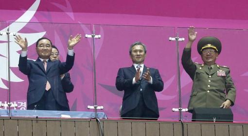 مراسم اختتامیه هفدهمین دوره بازیهای آسیایی امروز شنبه در ورزشگاه اصلی شهر اینچئون کره جنوبی برگزار شد. مقامات عالیرتبه کره شمالی از جمله نایب رئیس کمیسیون دفاع ملی این کشور «هوانگ پیونگ سو» و دبیر حزب کارگر «چو ریونگ هائه» وارد کره جنوبی شدند و با مقامات این کشور گفتوگو کردند. این بالاترین سطح از رویارویی رو در روی مقامات دو کره در پنج سال گذشته است. بازیهای آسیایی ۲۰۱۴ به میزبانی کره جنوبی برگزار شد که کشور میزبان پایینتر از چین در جایگاه دوم قرار گرفت. کره شمالی هم در جایگاه هفتم این بازیها قرار گرفت. /reuters-mna
