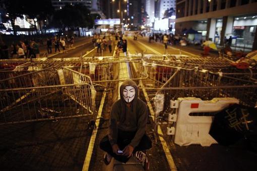 اعتراضات دموکراسی خواهان هنگ کنگ وارد دومین هفته خود شد و در بامداد روز یکشنبه بار دیگر درگیریهایی بین آنان و پلیس روی داد. پلیس برای پراکندن معترضان اغلب دانشجو از اسپری فلفل استفاده و اتهام تبانی با گروههای تبهکار جهت از هم پاشیدن تظاهرات آنان را رد میکند. دانشجویان معترض به دلیل آنچه آن را کوتاهی پلیس در تأمین امنیت راهپیمایی اعتراضآمیز خود مینامند، گفتوگو با دولت را به تعویق انداختهاند. /reuters-euronews