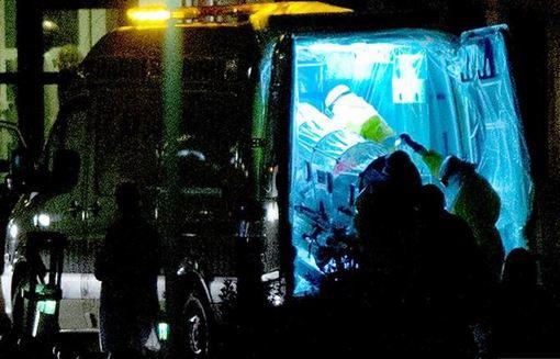 درمان نخستین مبتلا به ویروس ابولا در اروپا در بیمارستان کارلوس سوم در مادرید، پایتخت اسپانیا از دوشنبه شب آغاز شد. این بیمار پرستاری است که در گروه ویژه درمان کشیشی که در سیرالئون مبتلا به ابولا شده بود، حضور داشته است. کشیش مبتلا به ابولا، که از وی به عنوان ناقل این ویروس به اروپا یاد میشود، ۲۱ دسامبر از سیرالئون به اسپانیا بازگردانده شد. وی در مادرید در بیمارستانی بستری شد که اکنون پرستارش بستری است. این کشیش چهار روز پس از آغاز درمان جان باخت. وزارت بهداشت اسپانیا از بیماری این پرستار به عنوان نخستین مورد ابتلا به ابولا در اروپا یاد کرده است. اطلاعات سازمان بهداشت جهانی این گزارش را تأیید میکند. /the times - euronews