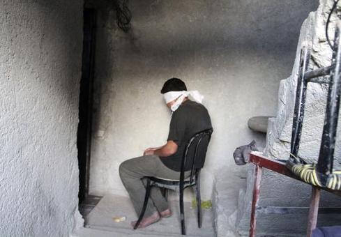 مرد دستگیر شده توسط نیروهای ارتش آزاد سوریه به اتهام تبادل و انتقال اطلاعات به نیروهای ارتش سوریه./reuterss