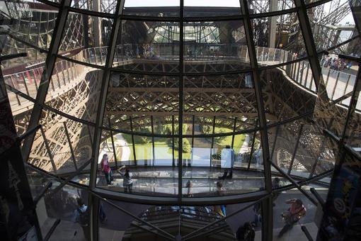 راه رفتن روی طبقه شفاف و شیشهای در طبقه اول برج ایفل که به تازگی بازسازی و رونمایی شد. /afp