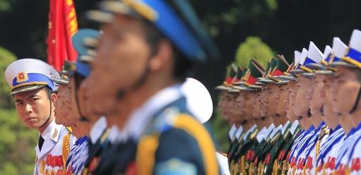 یک افسر ارتش در حال چک نهایی نیروهای گارد ویژه پیش از اجرای مراسم خوشامدگویی به نخستوزیر در کاخ ریاست جمهوری در هانوی در ویتنام است./reuters