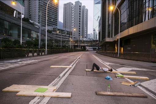 در پی اخطار دولت محلی هنگ کنگ و با کاهش شمار تظاهرکنندگان، این شهر روز نسبتا آرامی را پشت سر گذاشت. بیشتر اماکن عمومی از جمله مدارس و ادارههای دولتی فعالیت خود را از سر گرفتند. با وجود این، هنوز شماری از تظاهرکنندگان در خیابانها حضور دارند و شهر آبستن ناآرامی است.یکی از مخالفان دولت می گوید: «من واقعا نمی دانم چه اتفاقی خواهد افتاد؛ اما همانطور که میتوانید ببینید، امروز در مقایسه با روزهای گذشته جمعیت کمتری آمده. من اینجا هستم تا از جنبش پشتیبانی کنم و امیدوارم که مردم بیشتری بیایند تا جنبش ادامه داشته باشد». /getty images-euronews