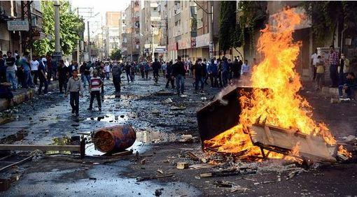 در تظاهرات کردها در ترکیه دستکم دوازده تن کشته شدند. برخورد خشن پلیس ترکیه موج خشم و انتقاد را به همراه داشت. شدت درگیری بین پلیس و تظاهرکنندگان در دیاربکر بیشتر از دیگر نقاط بود. بر پایه گزارشهای رسیده، دستکم هشت تن از کردهای شرکتکننده در تظاهرات این شهر در اثر یورش پلیس جان باختهاند. /dw