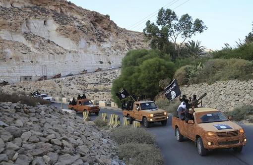 تصویر منتشره از حرکت کاروان مسلح تروریستهای تکفیری داعش در شرق لیبی. /reuters