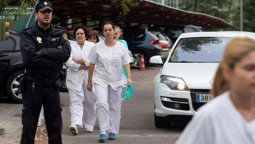 رسانههای اسپانیایی از بستری شدن ۵ بیمار در کلینیکی تخصصی در مادرید به دلیل بیماری ابولا خبر دادند. پس از روشن شدن ابتلای یک پرستار در اسپانیا به ابولا، پرستاری دیگر نیز از شامگاه سهشنبه (۷ اکتبر/ ۱۵ مهر) به همین دلیل در این کلینیک زیر نظر قرار دارد. گزارش شده که او تبی خفیف دارد. به علاوه شوهر پرستاری که به ابولا مبتلا شده است نیز در بیمارستان تحت مراقبت قرار دارد. /dw-ap