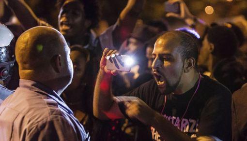 در تظاهراتی که در اعتراض به کشته شدن یک جوان سیاه پوست در میسوری صورت گرفت، پلیس با اسپری فلفل به مردم حمله کرده و معترضان پرچم آمریکا را به آتش کشیدند. سام داتسون، رئیس پلیس سن لوئی بدون اشاره بهنژاد مامور پلیس اعلام کرد مامور پلیس که برای یک شرکت امنیتی خصوصی کار میکرد هنگام درگیری با یک جوان سیاه پوست ۱۸ ساله در خیابان، وی را هدف گرفته است. سام داتسون اعلام کرد جوان سیاه پوست ابتدا سه تیر به طرف مامور پلیس شلیک میکند و مامور پلیس نیز با شلیک ۱۷ گلوله به وی پاسخ میدهد./voa-reuters
