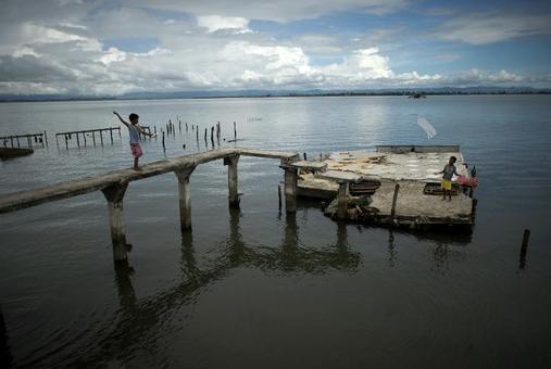 بادبادک بازی کودک فیلیپینی در اسکلهای که به تازگی توسط توفان هایان آسیب دیده است./afp