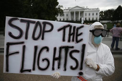 در جلو کاخ سفید، معترضی به نام جف هالبرت از آناپولیس از ایالت مریلند آمده، پلاکاردی در دست دارد که روی آن نوشته شده: «پروازها را متوقف کنید». او خواستار ممنوعیت سفر به کشورهای درگیر با ابولا، برای جلوگیری از گسترش این ویروس است. /reuters