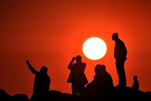 غروب تلخ و غمبار خورشید و کردهایی که در مرز ترکیه و سوریه نظارهگر درگیری شدید مبارزان کرد با تکفیریهای داعش هستند./afp