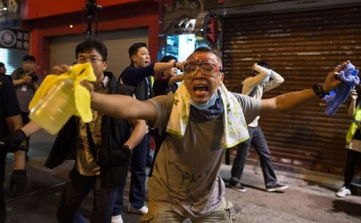 تصویر: معترضان از عینک، چتر و لباس پلاستیکی برای مقابله با اسپری فلفل پلیس اسفتاده میکنند. ساعاتی پس از آنکه پیشرفتهایی برای انجام مذاکرات میان معترضان هوادار آزادیهای بیشتر در هنگکنگ و دولت اجرایی این شهر صورت گرفت، درگیریهایی خشونتبار میان پلیس و تظاهرکنندگان رخ داده است. رسانههای هنگکنگی میگویند، خشونتهای تازه در منطقه منگکک، پس از فراخوانی برای تجمعی تازه رخ دادهاند. روزنامه سوثچاینا مورنینگ پست نوشته است که فراخوانی در شبکههای مجازی برای تجمع در بخشی از خیابانهای اصلی در بامداد یکشنبه، ۲۷ مهر ماه، منتشر شده بود که به حضور نیروهای ضد شورش در آن انجامید. /rfe/rl