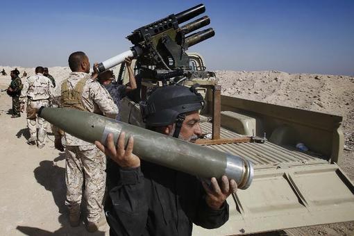 نیروهای بسیج مردمی و وفادار به آیتالله سیستانی در کنار نیروهای ارتش عراق در کربلا خود را برای مبارزه با تکفیریهای داعش آماده میسازند. /afp