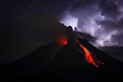 تصویر جالب از گدازه و ابرهایی از خاکستر که از دهانه آتشفشان سینابانگ در اندونزی به آسمان منتشر شده است./afp