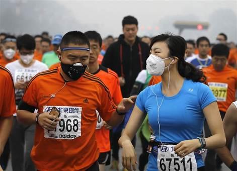 مسابقه دو ماراتن بینالمللی چین در هوای بسیار آلوده پکن در روز یکشنبه./ap