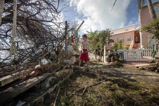 پاکسازی مناطق توفانزده در برمودا؛ توفان گونزالو در جزیره برمودا، باعث افتادن درختان و قطع خطوط برق شد. توفان گونزالو مناطقی از برمودا را درنوردید و باعث افتادن درختان، قطع خطوط انتقال برق و خسارت به بیمارستان اصلی این منطقه شد. توفان یک ساعت طول کشید، ولی خسارت جانی در این منطقه ثروتمند تحت مالکیت انگلیس به بار نیاورد. /nicola muirhead / reuters