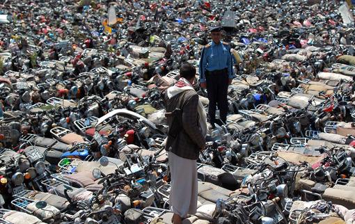 پلیس یمن تصمیم گرفته حرکت موتور سیکلتها را در صنعا متوقف کند.این تصمیم با ادعای جلوگیری از انجام عملیات انتحاری و تروریستی در پایتخت اجرا شده است.در تصویر پارکینگ موتور سیکلتهای توقیفی مشاهده می شود./afp