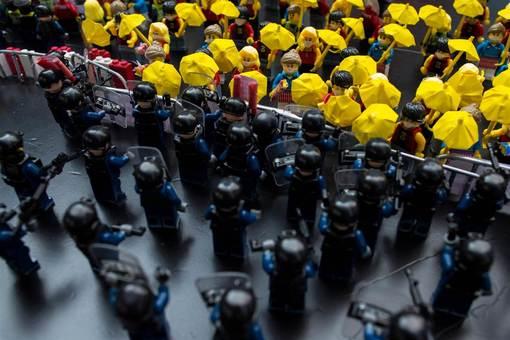 خلاقیت سازندگان «لِگو» اینبار در ساخت آدمکهای معترض و پلیس ضد شورش هنگ کنگ تجلی یافته و انقلاب چتر معترضین این کشور را به خوبی نمایش می دهد./reuters