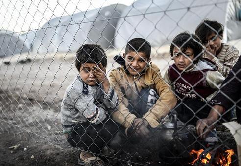 کودکان سوری پناهنده به خاک ترکیه در محل اقامتگاه سوری های آواره در منطقه مرزی ترکیه./afp