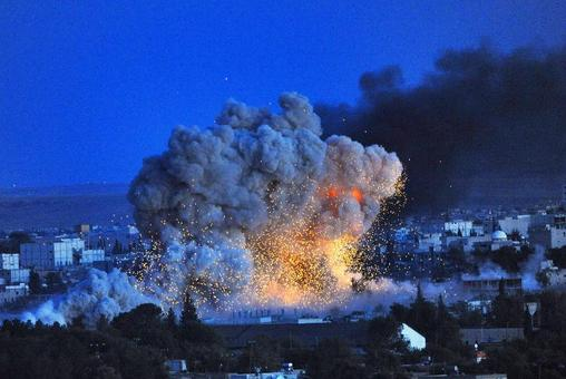 پس از دو روز آرامش نسبی در شهر کوبانی سوریه در نزدیکی مرز ترکیه، نبردهای شدیدی در شمال این شهر روی داده است.تصور می شود که مدافعان کرد شهر برای عقب راندن تکفیریهای داعش که سعی در گرفتن شهر داشتند از جمله در شمال شهر به آنها فشار آورده باشند.همزمان به گفته ارتش آمریکا نیروهای ائتلاف تحت رهبری آمریکا روزهای یکشنبه و دوشنبه شش حمله علیه داعش انجام دادند.کوبانی از اهداف استراتژیک در مسیر پیشروی های تروریستهای داعش است و نبردها در این شهر باعث فرار ده ها هزار غیرنظامی از آنجا شده./afp-bbc