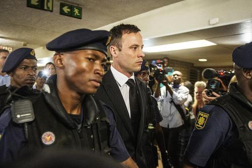 اسکار پیستوریوس دونده قهرمان المپیک از آفریقای جنوبی روز سه شنبه به اتهام قتل دوستش، به پنج سال زندان محکوم شد. دادگاه همچنین آقای پیستوریوس را به اتهام حمل سلاح، به سه سال حبس تعلیقی محکوم کرد.دادستان پیشتر خواستار ده سال حبس برای این دونده شده بود که به قتل غیر عمد نامزدش متهم شده بود.اسکار پیستوریوس اولین دونده جهان است که با پای مصنوعی در کنار مسابقات پارالمپیک در المپیک نیز شرکت کرده بود. دادگاه رسیدگی به این پرونده یکی از خبرسازترین دادگاه های چند سال اخیر بود./afp-rfe/rl