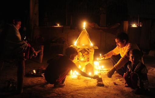 روشن کردن شمع در جریان جشنواره دیوالی در هند.دیوالی یک جشنواره پنج روزه هندوها است که در سراسر هند اجرا میشود و تاریخ اجری آن به زمانهای پیش از تاریخ بازمیگردد.این جشنواره پنج روزه بر اساس گاهشماری هندی، در روز پانزدهم کارتیکا آغاز میشود. از آنجایی که محاسبه ماههای هندی، قمری است؛ تاریخ دیوالی در تقویمهای دیگر متغیر است./afp