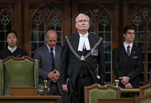 پارلمان کانادا نخستین جلسه خود را پس از حادثه تیراندازی روز گذشته در ساختمان پارلمان تشکیل داده است.با آغاز به کار مجلس، نمایندگان به احترام کوین ویکرز، که در مقام تشریفاتی ناظم پارلمان، مسئول امور خدمات و حراست پارلمان است، به پا برخواستند و به ابراز احساسات پرداختند. در جریان ورود و تیراندازی یک فرد مسلح در داخل ساختمان پارلمان، آقای ویکرز موفق شد با شلیک گلوله فرد مهاجم را پیش از آنکه بتواند تلفات جانی به بار بیاورد از پای درآورد.وی پیشتر از افسران ارشد واحد پلیس سواره کانادا بوده است./reuters