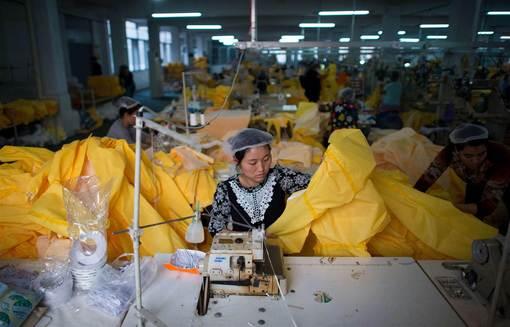 کارخانه ی چینی تولید پوشش و البسه مخصوص محافظ در برابر انتقال ویروس مرگبار ابولا.بسیاری از نیروهای امدادی و پزشکی حاضر در آفریقا که چینی ها نیز درمیانشان هستند به این پوشش نیاز دارند./afp - getty images