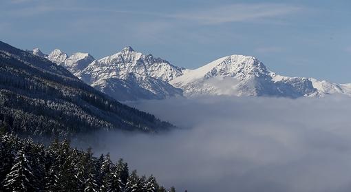 پس از بارش اولین برف زمستانی در روز پنجشنبه، مه دره «اینتال» اتریش را فراگرفته و برف قله کوههای «تلفس» را پوشانده است./euronews-reuters