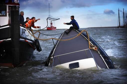 عملیات نجات بازمانده یک کشتی کوچک در بندر هارلینجن در شمال هلند که بر اثر طوفان گونزالو در حال غرق شدن است./epa