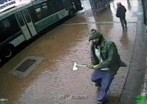 یک مرد با تبر به اجتماع چند پلیس در شهر نیویورک حمله کرد و بر اثر تیراندازی افسران پلیس از پای درآمد. بر اساس اعلام پلیس نیویورک که در خبرگزاری رویترز منتشر شد، در حمله این فرد ناشناس که در خیابان کوئینز روی داده و دو گشتی پیاده پلیس مجروح شدهاند؛ یکی از این دو پلیس از ناحیه بازو و دیگری از ناحیه سر مجروح شده است. حال پلیس دوم که ۲۵ سال سن دارد، وخیم اعلام شده است. در اثر شلیک گلولههای متعدد به سمت فرد مهاجم، یک گلوله سرگردان نیز به صورت ناخواسته به بازوی یک زن عابر برخورد کرده که حال عمومی وی رضایتبخش است. پلیس از اظهارنظر در خصوص تروریستی بودن این حادثه خودداری کرده است. /ap