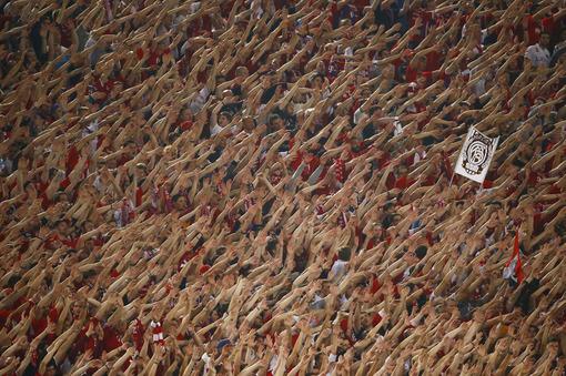 تشویق جانانه طرفداران بایرن مونیخ در هنگام بازی تیم محبوبشان در مقابل تیم سرشناس رم در مرحله گروهی لیگ قهرمانان اروپا./reuters